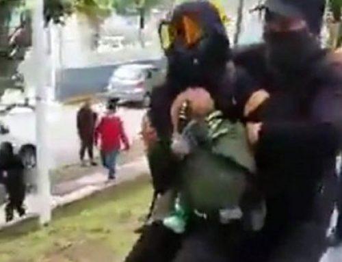 Feministas radicales exponen a bebé durante una manifestación