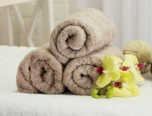 Un hombre se muestra desnudo en un spa para mujeres